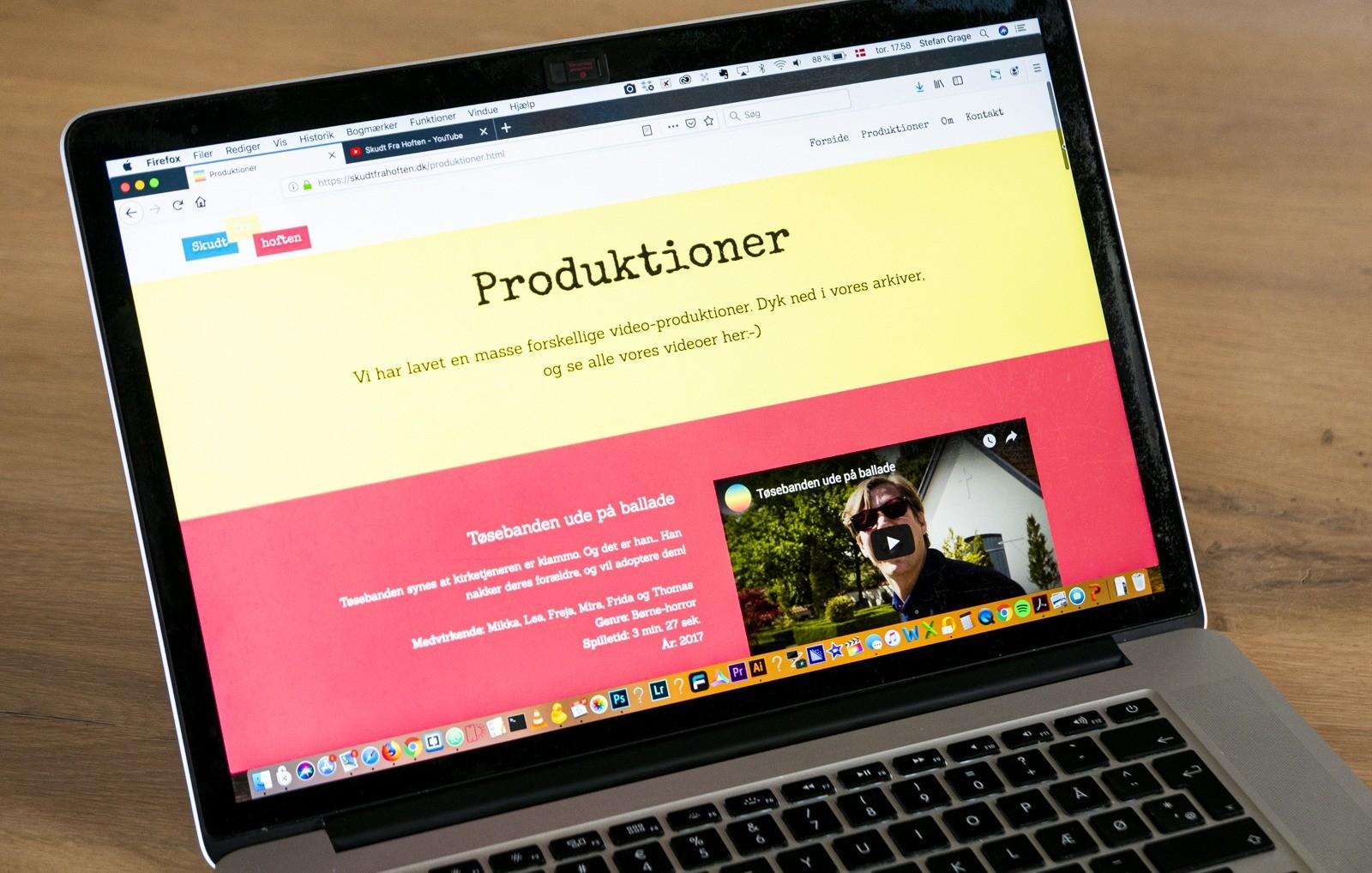 Foto af computer, der fremviser websitet skudtfrahoften.dk